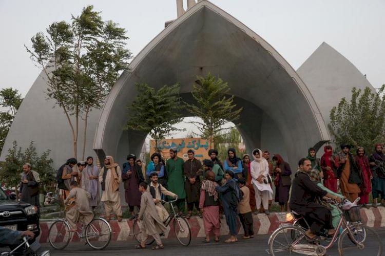 9 Potret Geliat Jalanan Afganistan di Bawah Rezim Baru Taliban, Jarang Terlihat Wanita - Foto 4
