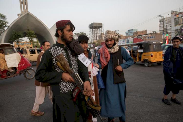 9 Potret Geliat Jalanan Afganistan di Bawah Rezim Baru Taliban, Jarang Terlihat Wanita - Foto 6