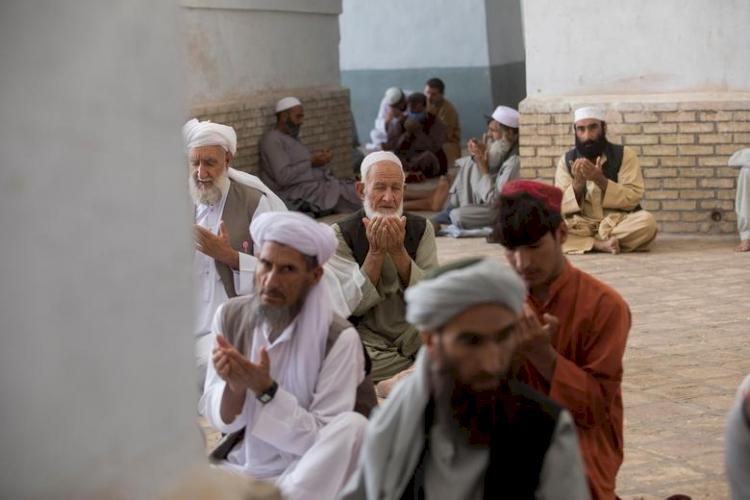 9 Potret Geliat Jalanan Afganistan di Bawah Rezim Baru Taliban, Jarang Terlihat Wanita - Foto 8