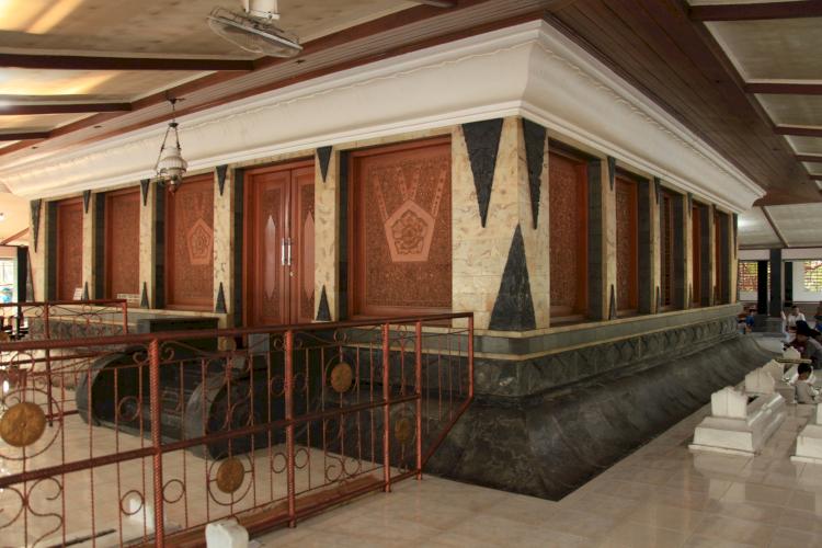 Sudah Tahu Belum Lokasi Makam-Makam Wali Songo yang Tersebar di Pulau Jawa, Yuk Ziarah - Foto 7