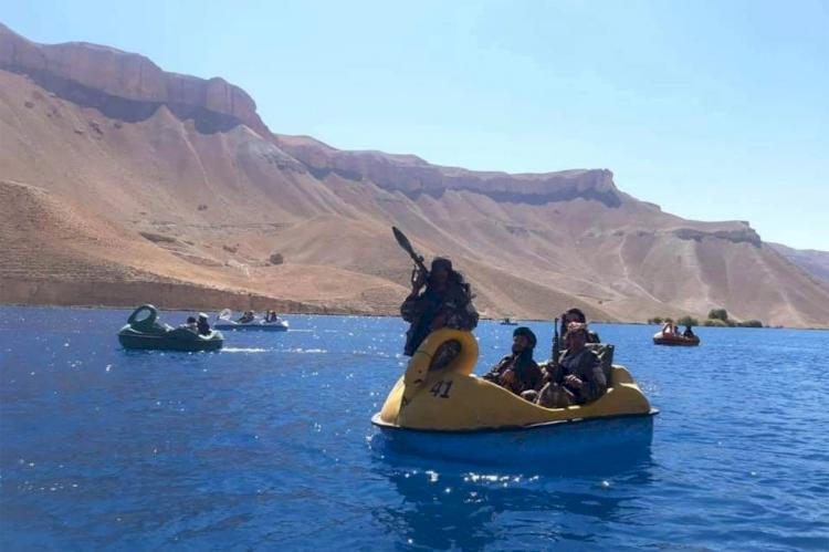Tamasya di Danau, Para Pejuang Taliban Naik Perahu Angsa Sambil Bawa Senjata hingga Granat - Foto 1