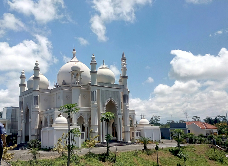 Ke Malang Jangan Lupa Kunjungi 4 Destinasi Wisata Religi Ini, Ada Masjid Mirip Taj Mahal Lho - Foto 3