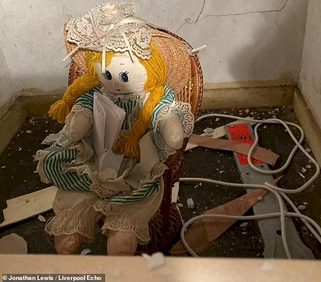Horor Beli Rumah Baru, Pria Inggris Temukan Boneka di Dalam Tembok dengan Catatan Menyeramkan - Foto 3