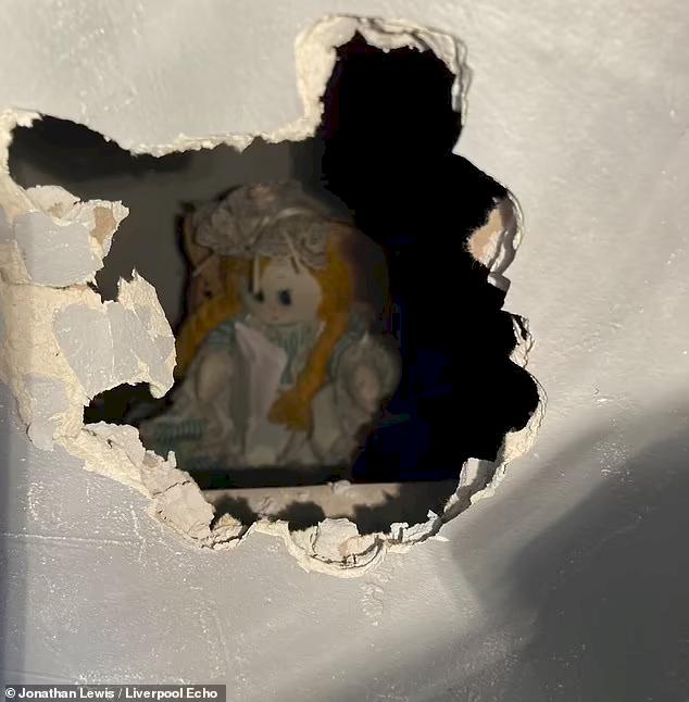 Horor Beli Rumah Baru, Pria Inggris Temukan Boneka di Dalam Tembok dengan Catatan Menyeramkan - Foto 4