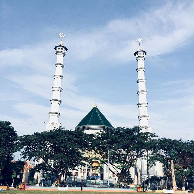 3 Masjid Ikonik di Lamongan Ini Kerap Jadi Pilihan Traveler Muslim, Terkahir Bernuansa Masjidil Haram Lho - Foto 1