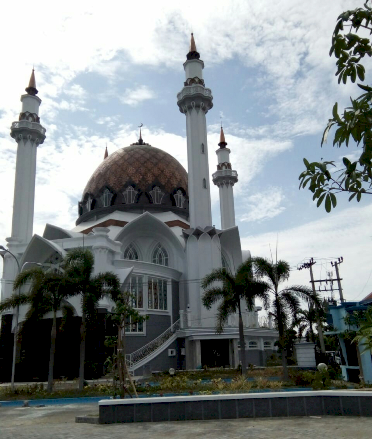 3 Masjid Ikonik di Lamongan Ini Kerap Jadi Pilihan Traveler Muslim, Terkahir Bernuansa Masjidil Haram Lho - Foto 2