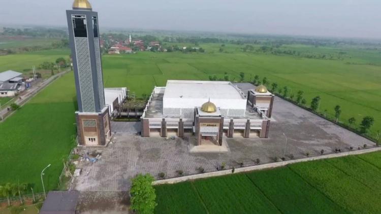3 Masjid Ikonik di Lamongan Ini Kerap Jadi Pilihan Traveler Muslim, Terkahir Bernuansa Masjidil Haram Lho - Foto 3