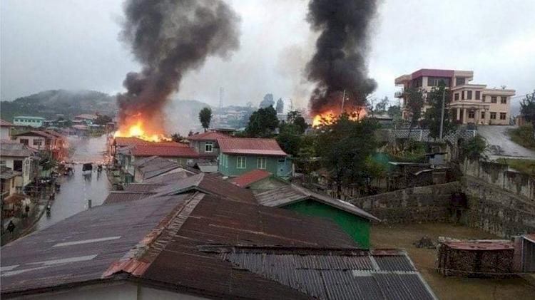 Kota Perbatasan Myanmar Membara Junta Luncurkan Artileri Lawan Pasukan Milisi, 8 Ribu Penduduk Melarikan Diri - Foto 1