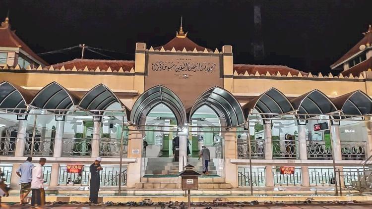 Berkunjung Yuk ke Masjid-masjid Ikonik di Kabupaten Gresik, Ada yang Punya Landasan Helikopter Lho - Foto 1