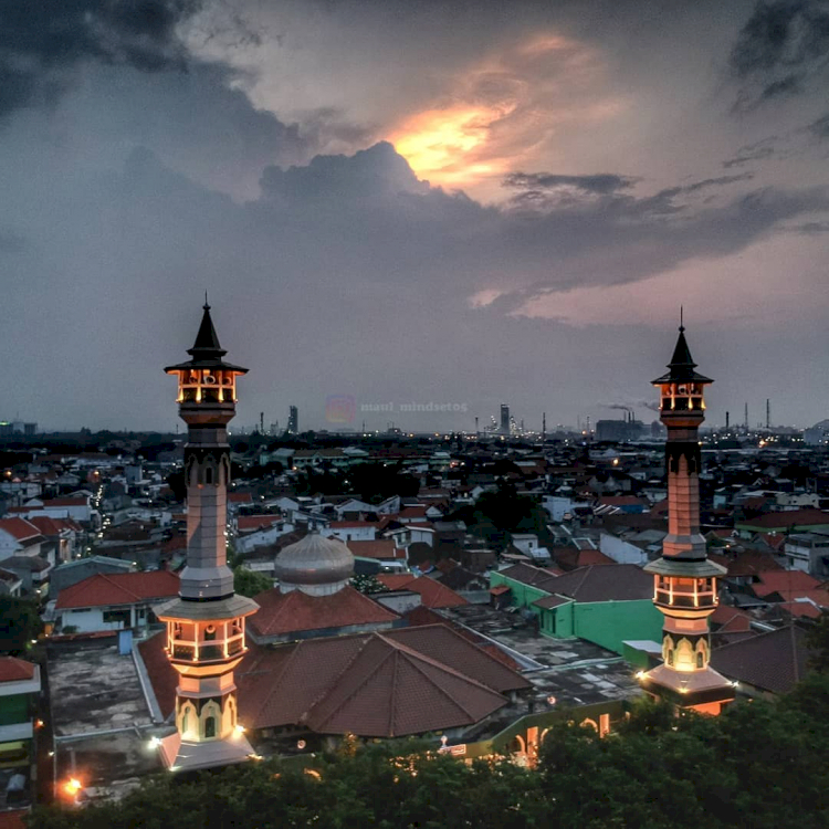 Berkunjung Yuk ke Masjid-masjid Ikonik di Kabupaten Gresik, Ada yang Punya Landasan Helikopter Lho - Foto 2
