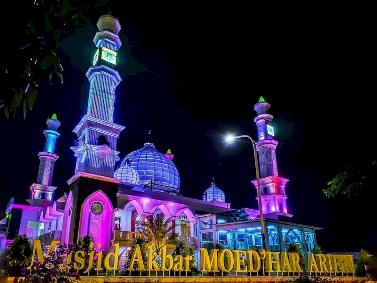Berkunjung Yuk ke Masjid-masjid Ikonik di Kabupaten Gresik, Ada yang Punya Landasan Helikopter Lho - Foto 4