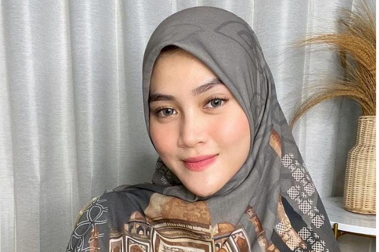 Inikah Pertanda Henny Rahman Hamil Anak Alvin Faiz?