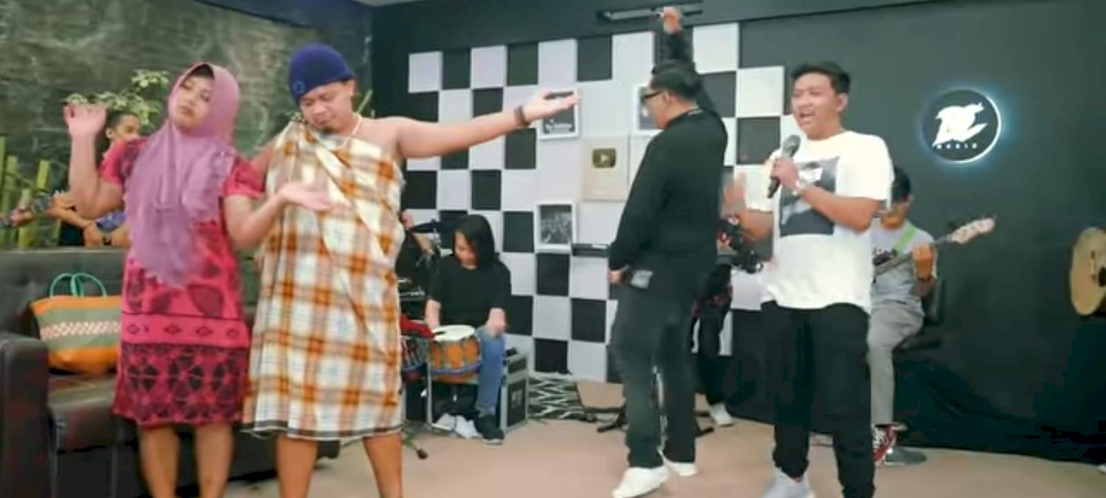 Lagu Mendung Tanpo Udan feat Ndarboy Genk - Denny Caknan Trending di Youtube