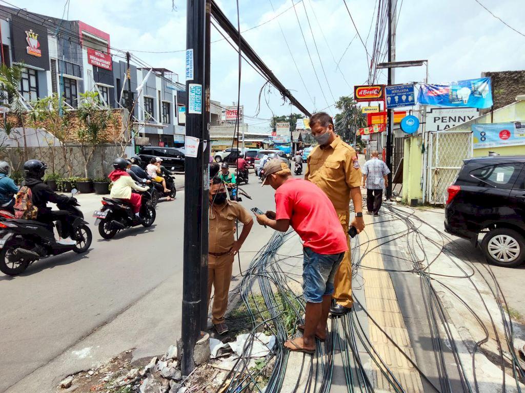 Tidak Ada Toleransi Lagi, DPU Putus Kabel dan Potong Tiang Milik Provider Internet di Jalan WR. Supratman, Ciputat Timur