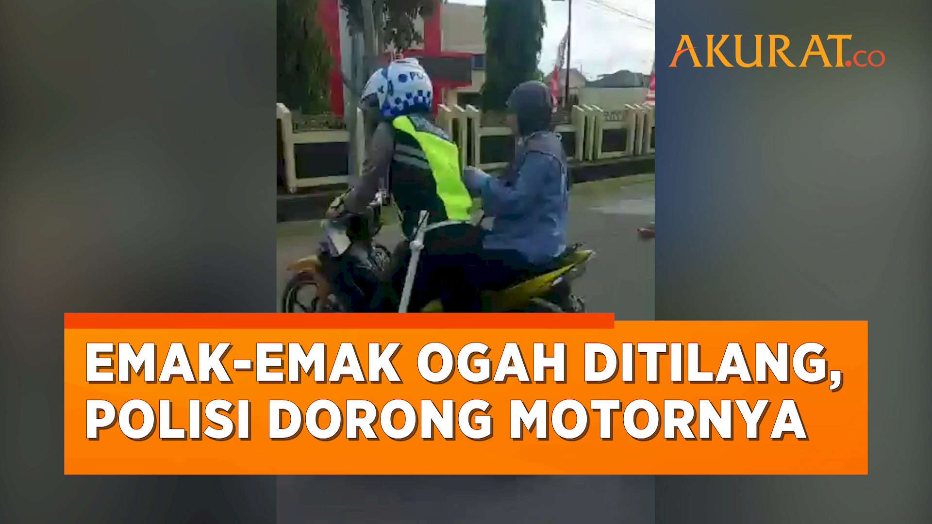 Ogah Ditilang, Emak-Emak Ini Tak Mau Turun dari Motor Sampai Harus Didorong Polisi