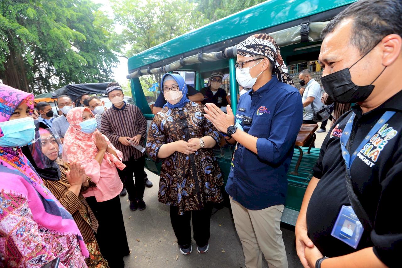Menteri Sandiaga Uno Dengarkan Keluhan Pedagang di Kawasan WIsata