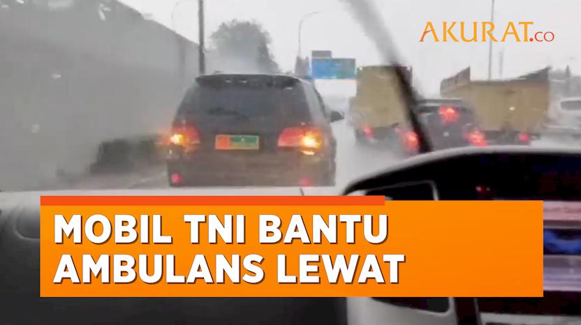 Detik-Detik Mobil TNI Urai Kemacetan Demi Ambulans yang Bawa Pasien Kritis