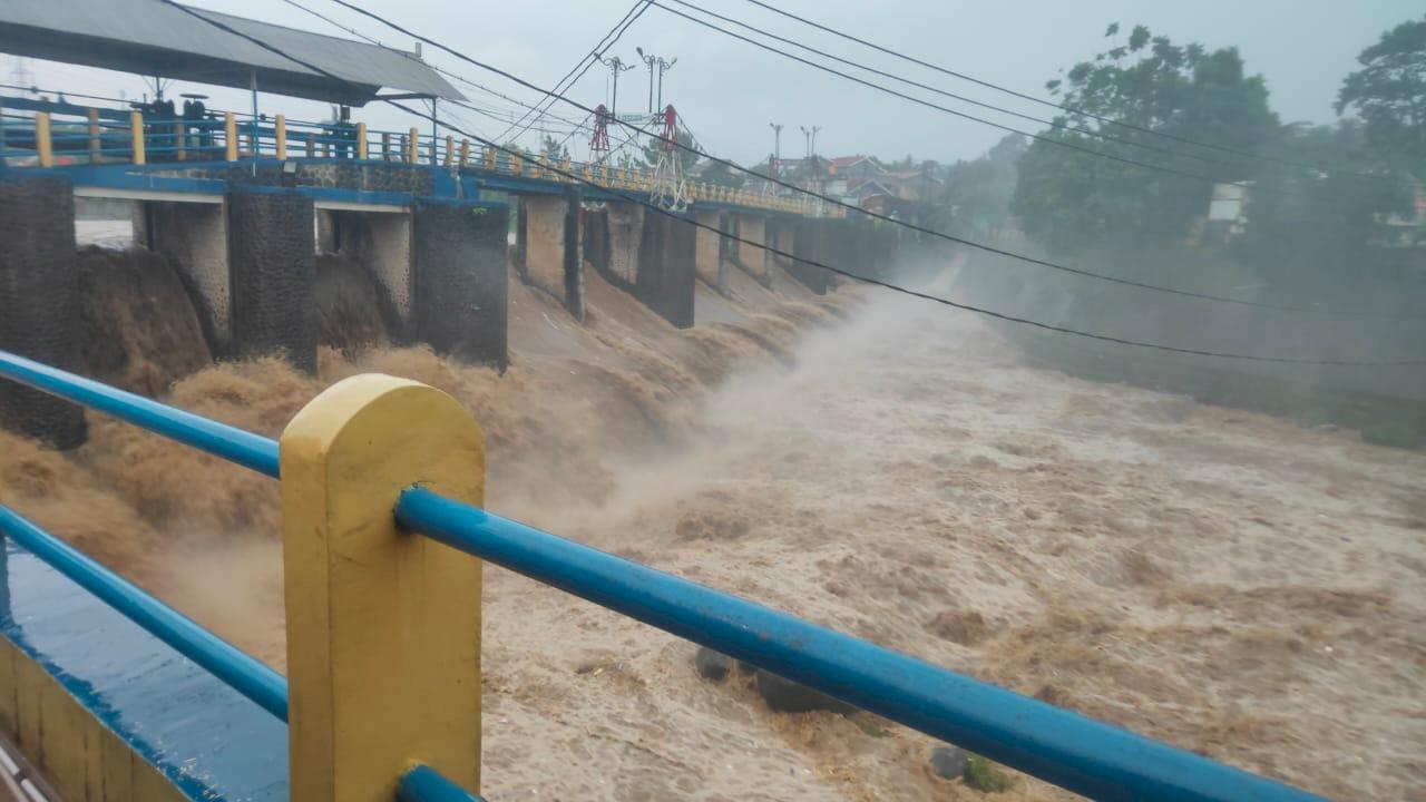 Warga Bantaran Sungai Ciliwung Waspada! Bendung Katulampa Siaga Tiga