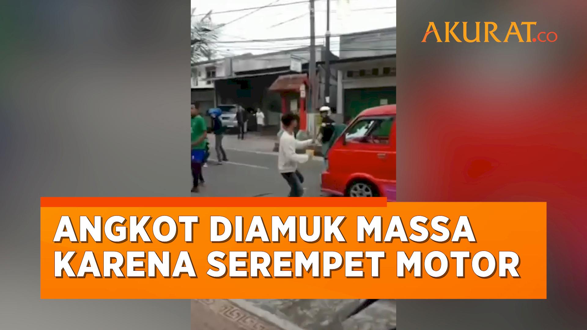Gara-Gara Menyerempet Pemotor, Angkot di Cianjur Langsung Diamuk Massa